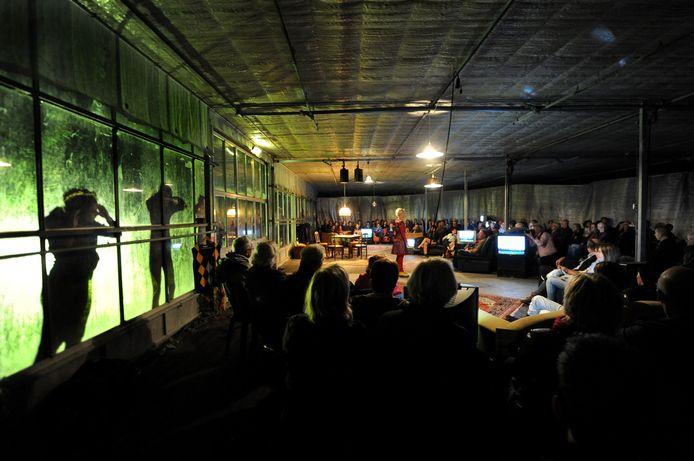 Het Zunderts Toneel speelde in 2012 Moeland in een tuinbouwkas in Zundert.
