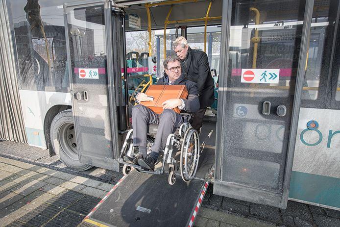 Gedeputeerde Harry van der Maas reist in een rolstoel met het openbaar vervoer. Hier is hij op het busstation in Goes.