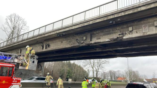 Vrachtwagen knalt met te hoge lading tegen brug over de E40 in Drongen