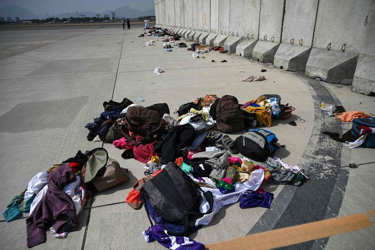 Achtergebleven spullen van geëvacueerde Afghanen op het vliegveld van Kaboel.  Beeld AFP