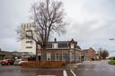 De Stationsstraat in Udenhout, gezien vanaf de Kreitenmolenstraat. Het voormalige koffiehuis op de hoek, de arbeiderswoningen daarnaast en vervolgens de hoge directeurswoning worden allemaal gemeentelijk monument.