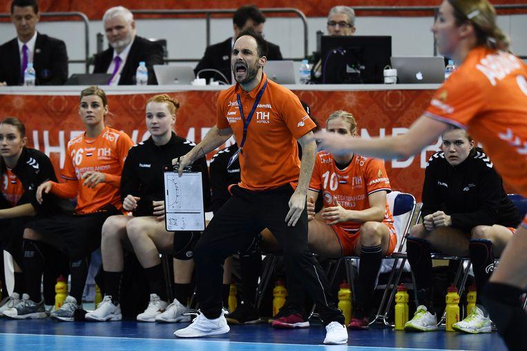 Coach Emmanuel Mayonnade windt zich op aan de zijlijn, tijdens de halve finale tussen Rusland en Nederland bij het Wereldkampioenschap in 2019, Kumamoto, Japan.   Beeld AFP