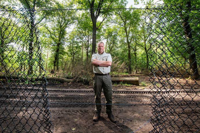 Hoofd bedrijfsvoering Jacob Leidekker toont een gat in het hek dat rondom Het Nationaal Park De Hoge Veluwe staat.