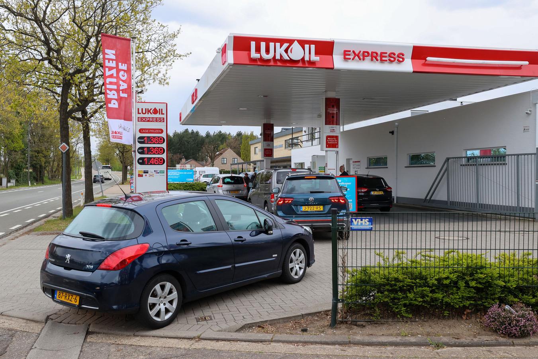 Nederlanders die in Lommel bij de Lukoil tanken, sluiten geduldig aan in de rij. Niet meer alleen in het weekend, maar de hele week is het een komen en gaan van automobilisten die willen profiteren van bijna vijftig cent per liter prijsverschil.