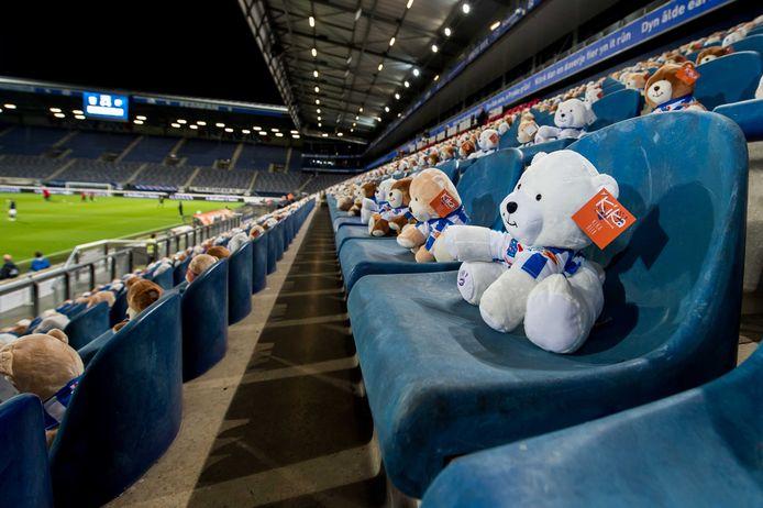Geen supporters vanwege de aangescherpte corona-maatregelen, maar 15 duizend knuffelberen met voetbalshirt op de tribunes voor aanvang van Heerenveen - FC Emmen.