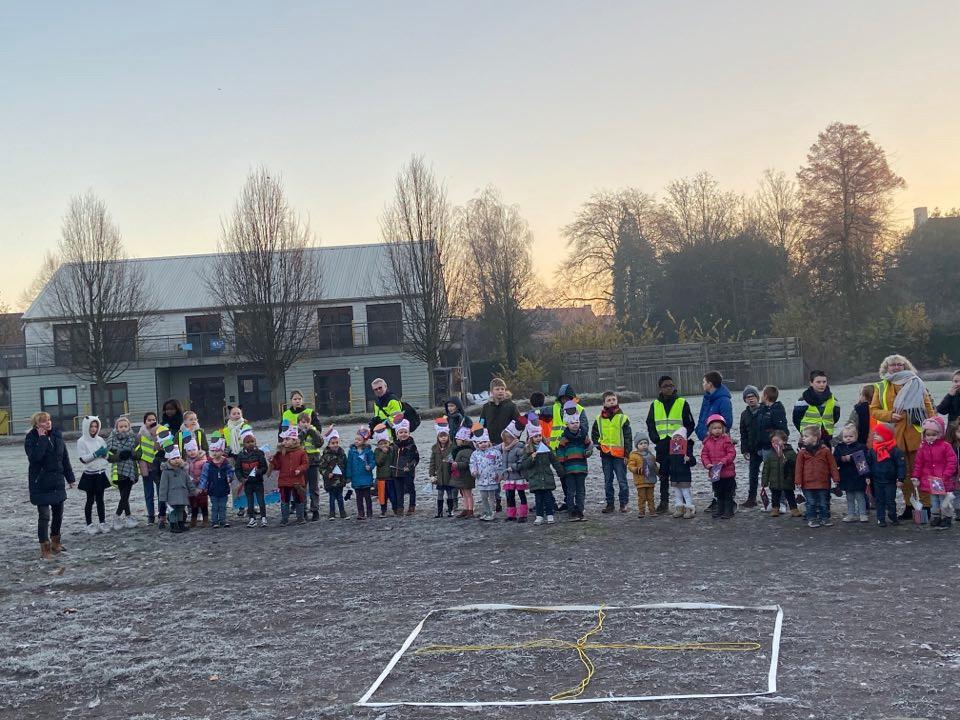 De kinderen gaven Sinterklaas en zijn pieten een hartelijk welkom met kroontjes en vlaggetjes.