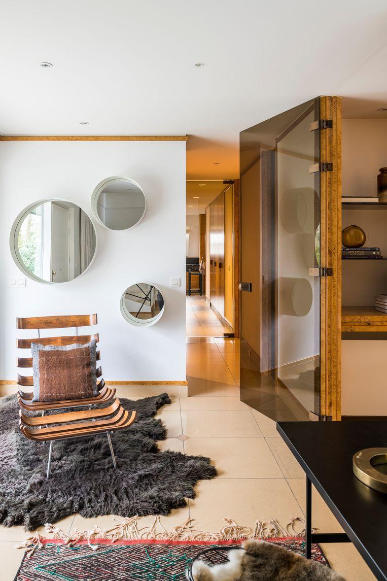 De fifties loungezetel met ottoman is Braziliaans, ontworpen door Martin Eisler en Carlo Hauner. De spiegels van het Italiaanse merk Minotti kocht Nele bij Items in Knokke. Beeld Luc Roymans