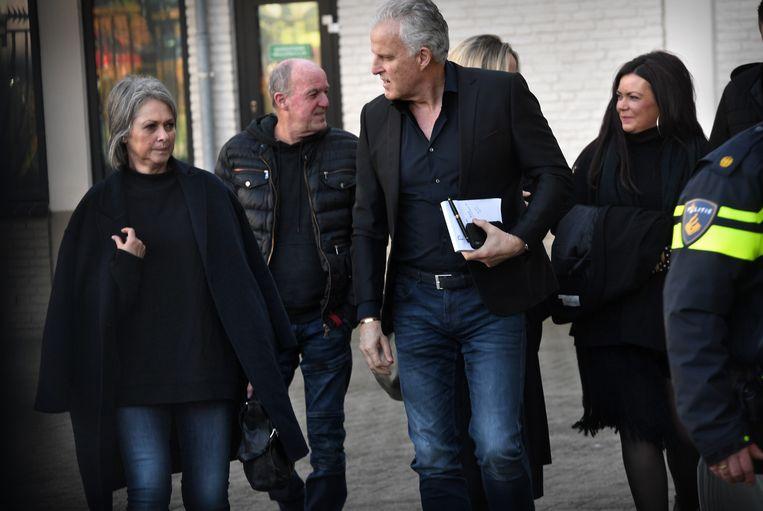 Berthie Verstappen (L), Femke Verstappen (R) en Peter R. de Vries (M) komen aan bij de rechtbank voor de uitspraak in de zaak tegen Jos B.  Beeld Marcel van den Bergh / de Volkskrant