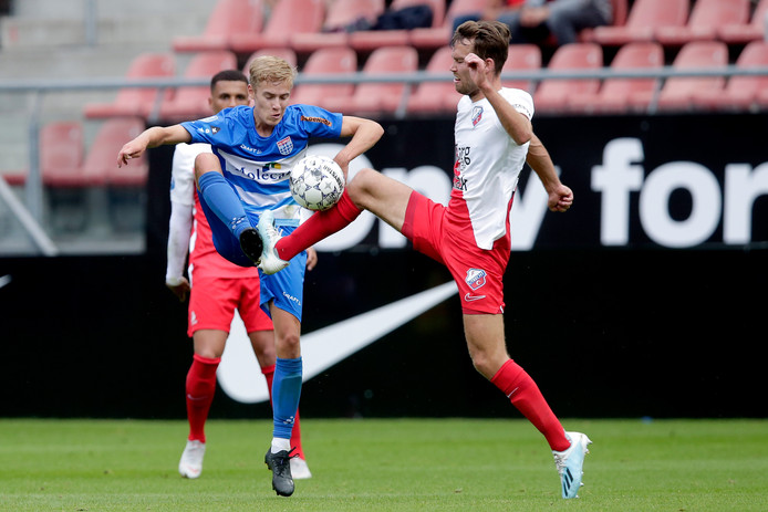 Dean Huiberts probeert de bal aan te nemen tegen FC Utrecht.