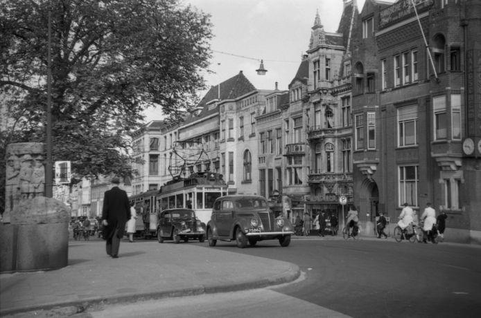 Mijn grootouders woonden in het Bezuidenhout. De Bezuidenhoutseweg was in 1950 al best druk.
