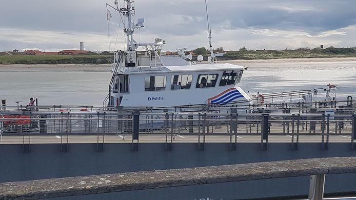 De boot van de scheepvaartpolitie bracht de 49 vluchtelingen over naar Nieuwpoort, nadat ze op volle zee werden opgepikt.