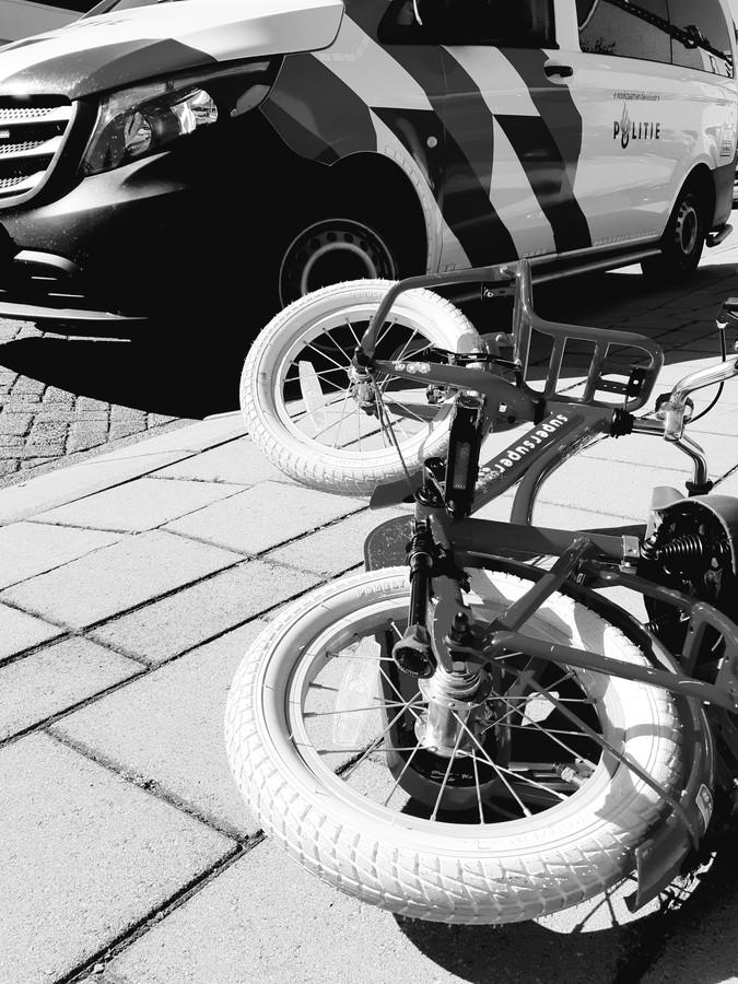 De fiets van het jongetje op de stoep, na het ongeval.