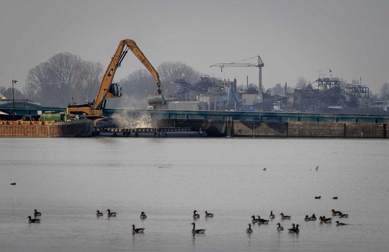 Het zandwinningsproject over de Maas waar Rijkswaterstaat een half miljoen ton afval zou hebben gestort.  Beeld ANP