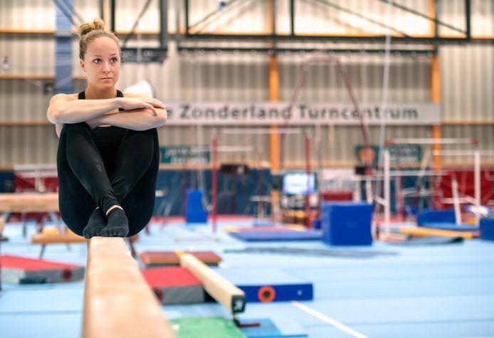 Turnster Celine van Gerner in de turnhal van Sportstad Heerenveen.