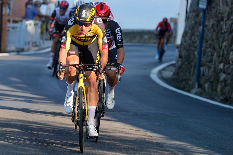 Wout van Aert trekt door op de Poggio met Caleb Ewan in zijn wiel. Beeld Photo News