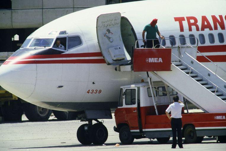 29 juni, 1985: een van de Libanese gijzelnemers verlaat het vliegtuig.  Beeld AFP