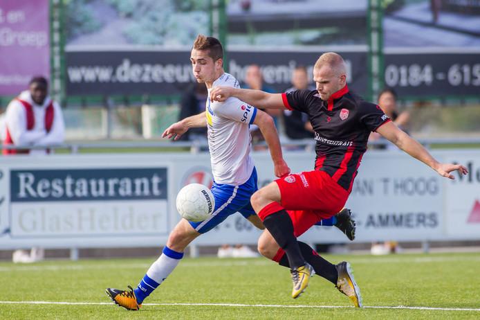Ruben de Jager (links) namens Hoek in duel met Bryan Jongeneel van Stedoco.