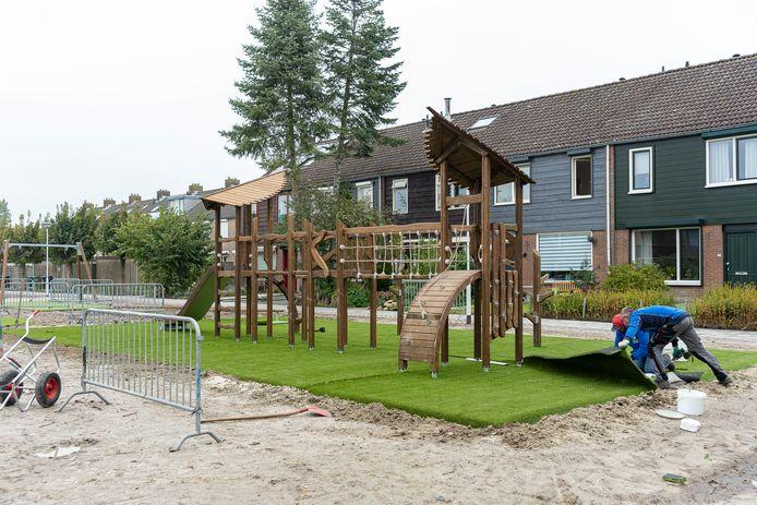 Nog eventjes en de speeltuin in de Slotstraat is klaar voor gebruik.