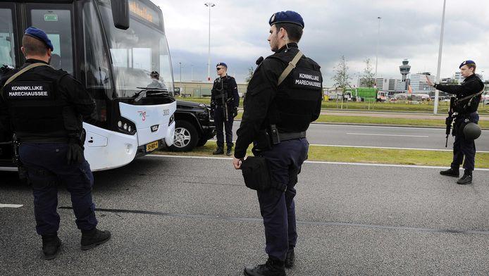 Leden van de Marechaussee controleren voertuigen rond Schiphol.