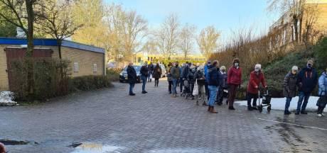 Anita en moeder (85) wachten uur in de kou op coronavaccinatie in Emmeloord: 'Niet normaal'