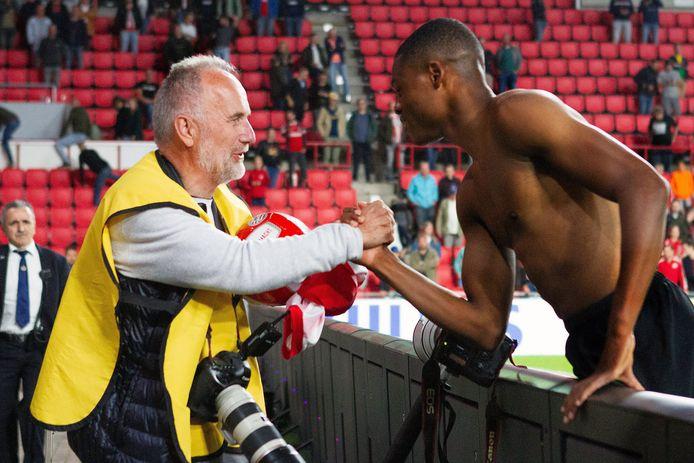 Denzel Dumfries heeft zijn wedstrijdshirt aan Broer van den Boom gegeven en biedt nogmaals zijn excuses aan.