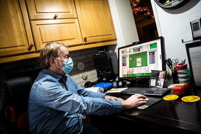 Jan Kokke klaverjast sinds enige tijd online. Hij vindt het geweldig.