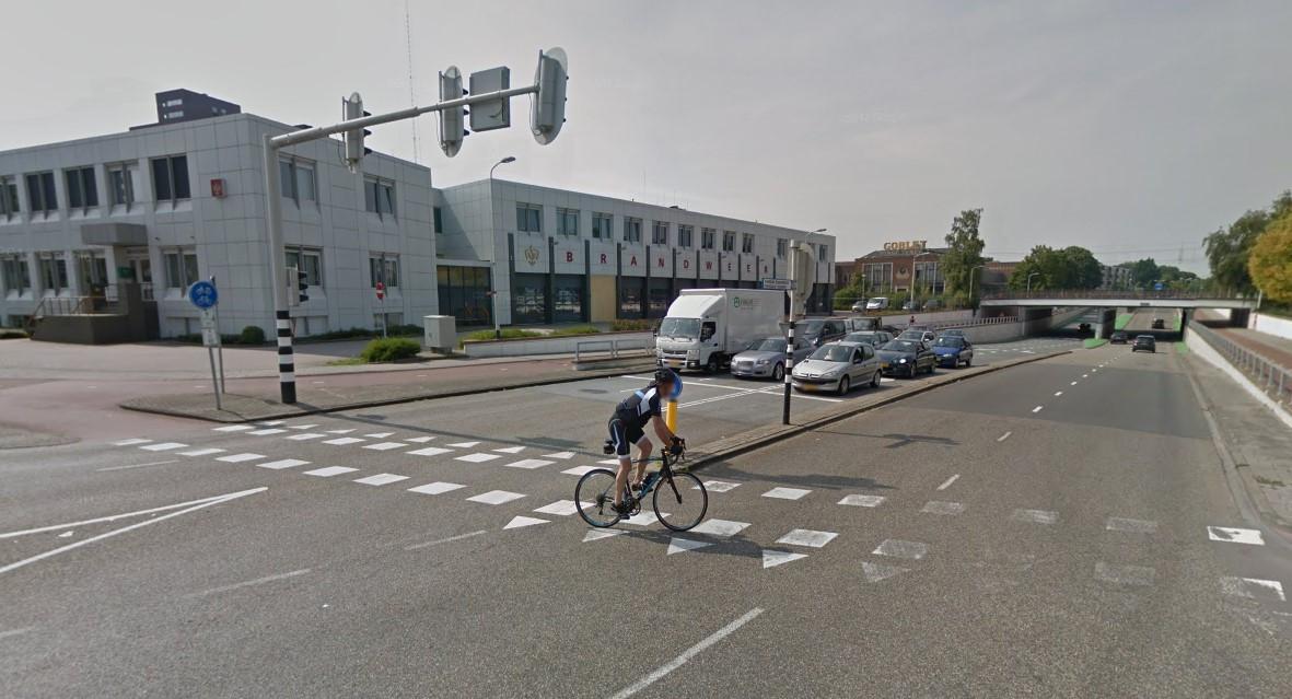 De huidige brandweerkazerne in het centrum van Roosendaal. Burgemeester Han van Midden maakt zich zorgen om de ligging aan het drukke kruispunt Laan van Brabant/Burgemeester Freijterslaan.