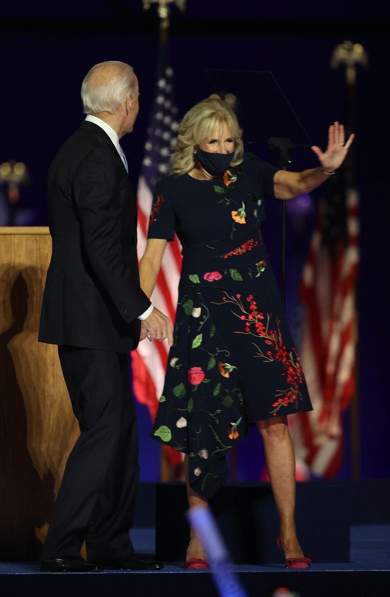 De jurk (van 5690 dollar) van modehuis Oscar de la Renta die Jill Biden droeg bij de overwinningsspeech van haar man, was binnen een paar uur uitverkocht. Beeld AFP