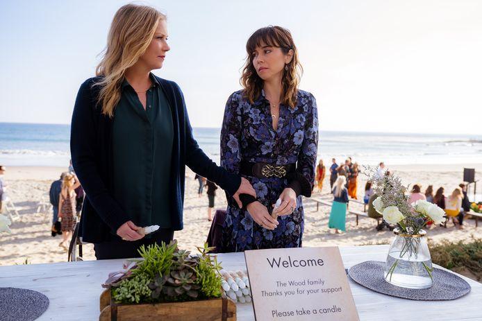Jen (Christina Applegate, links) en Judy (Linda Cardellini).
