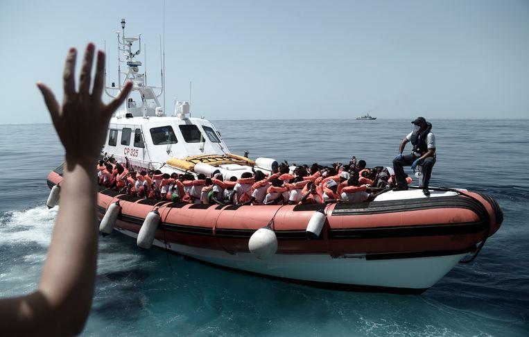 Een deel van de 629 migranten wordt afgezet bij het reddingsschip Aquarius. Beeld EPA