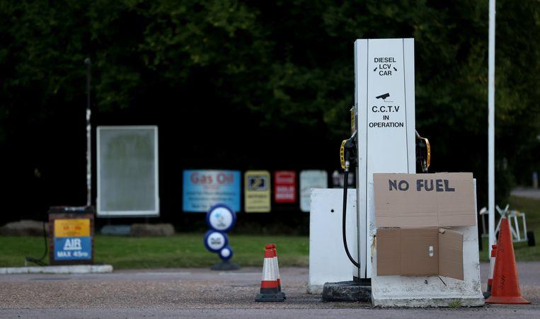 Aan de pomp van een tankstation in Leicestershire hangt een kartonnen bord op met de mededeling dat er geen brandstof verkrijgbaar is. Beeld Reuters