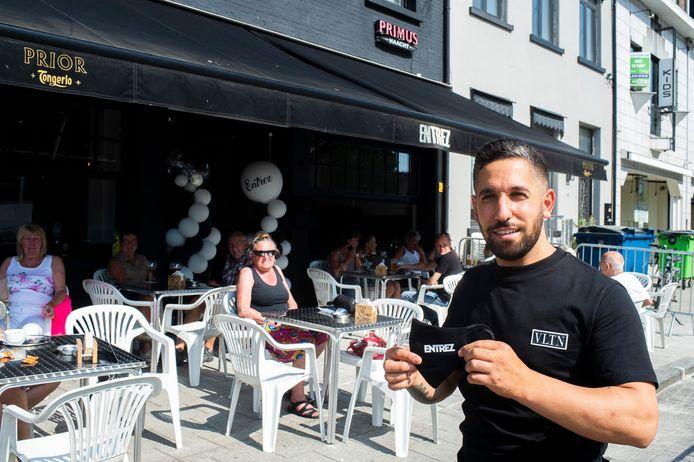 Wannes Oksuz mocht op de eerste openingsdag al veel volk verwelkomen in zijn café Entrez.