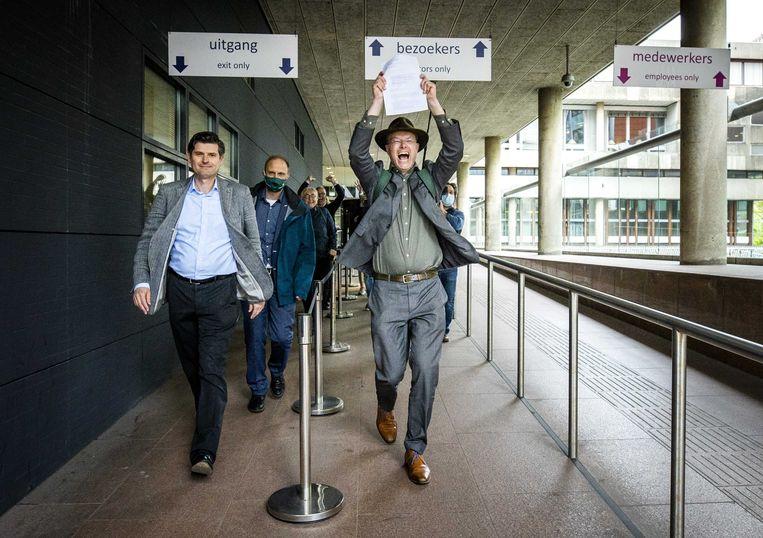 Advocaat Roger Cox en Milieudefensie-directeur Donald Pols verlaten de rechtbank na de uitspraak in de zaak tegen Shell. Beeld Remko de Waal, ANP