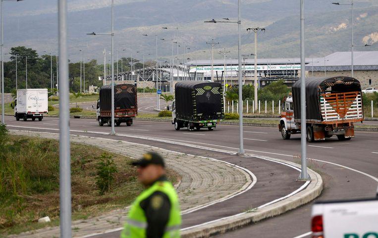 Vrachtwagens met humanitaire hulp aan de grens tussen Colombia en Venezuela. Beeld AP