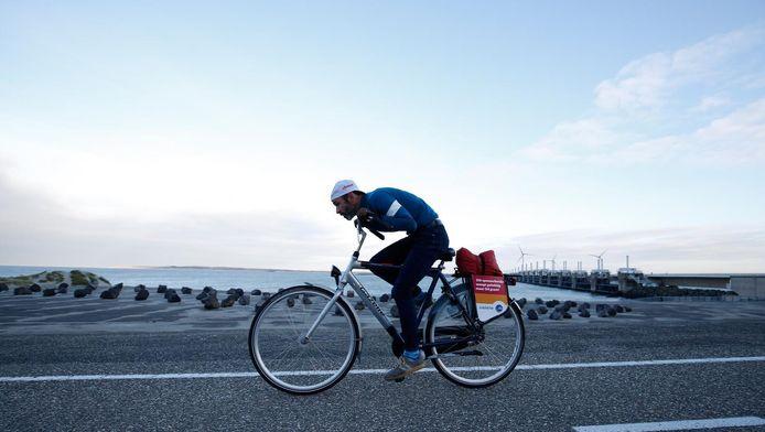Een fietser bij de Deltawerken in Zeeland