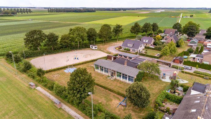 De nu leegstaande school wordt verbouwd tot vijf appartementen, de paardenbak verandert in bouwkavels.