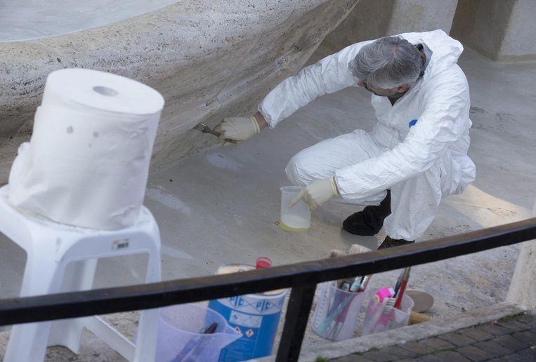 Technici inspecteren de schade aan de Barcaccia-fontein in Rome Beeld epa