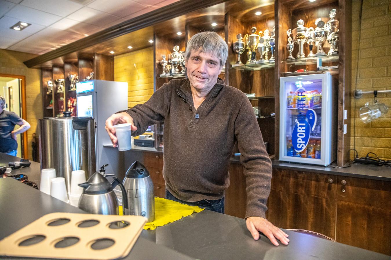 Achter de bar bij CSV'28 in Zwolle: erelid en vrijwilliger van het eerste uur John Balster doet het graag. Maar de club verplicht nu iedereen die aan de vereniging verbonden is om vrijwilligerswerk te doen.