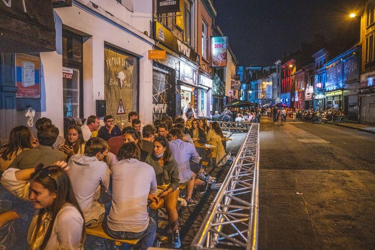 Braaf op terras zitten, en geen rondhangend volk in de straat Beeld Wannes Nimmegeers