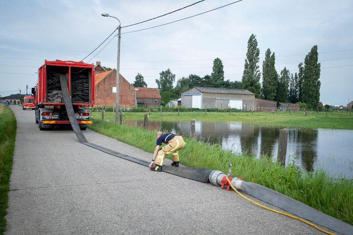 De brandweer vorig weekend aan het werk in de Tiendenschuurstraat in Leest.