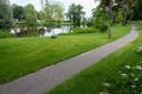 In het Venenpark nabij de Rivierenwijk zijn de ganzen meestal te vinden. Vandaag even niet, maar dit is wel een van de plekken waar de gemeente maatregelen neemt.
