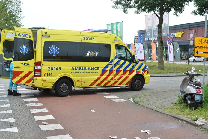 Een ambulance heeft de scooterrijder naar het ziekenhuis gebracht