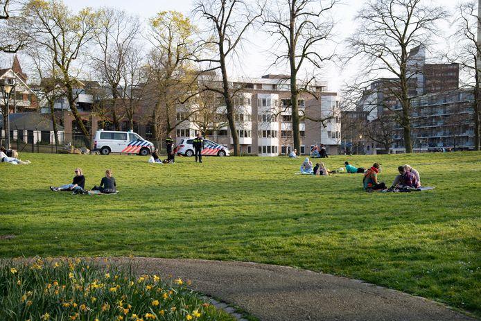In het Nijmeegse Kronenburgerpark werden al bonnen uitgedeeld aan jongeren op kleedjes.