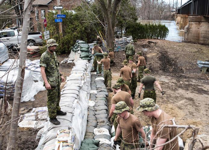Het leger is ingezet om huizen tegen het wassende water te beschermen.