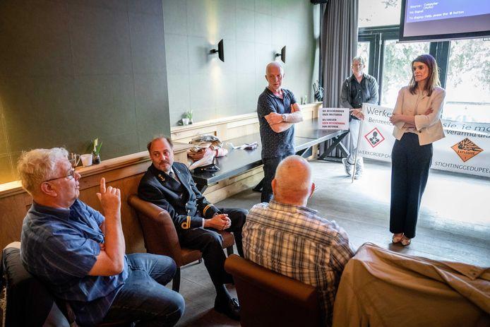 Demissionair staatssecretaris Barbara Visser van Defensie (VVD) praat met gedupeerden van de chroom-6 affaire. Het gesprek was voorafgaand aan een debat in de Tweede Kamer over het gebruik van de verf bij het onderhoud van materieel van Defensie. ANP BART MAAT