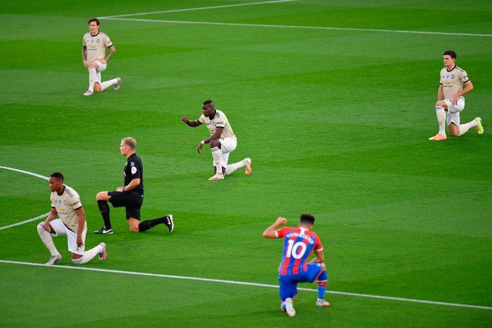 Spelers van Manchester United en Crystal Palace knielen voor het duel uit de Premier League.