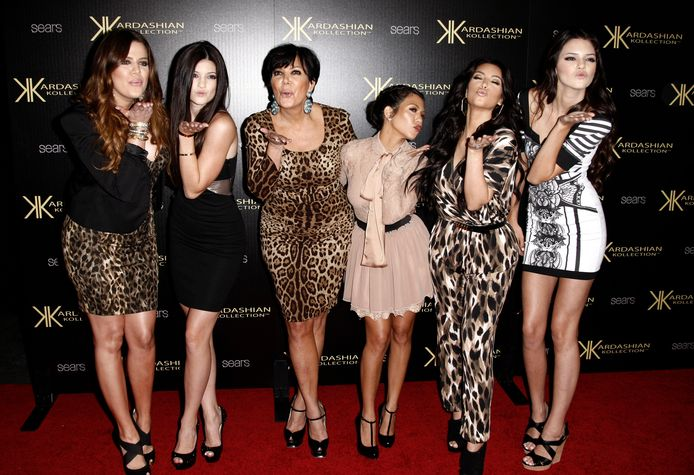 Van links af: Khloé Kardashian, Kylie Jenner, Kris Jenner, Kourtney Kardashian, Kim Kardashian en Kendall Jenner