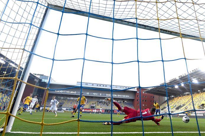 Yari Verschaeren werkt de enige goal binnen bij Sint-Truiden.