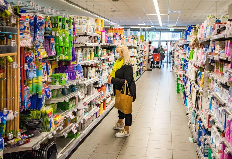 Het dragen van een mondmasker in winkels blijft verplicht voor iedereen, aldus de woordvoerder van Delhaize. Beeld Joel Hoylaerts/Photo News