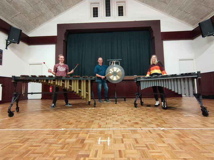 Leden van de slagwerkersgroep van 't Semper achter de nieuwe aanwinsten. Van linksaf Herman Hampsink op de marimba, Roy Wesselink met de tamtam en Elke ter Heide op vibrafoon.